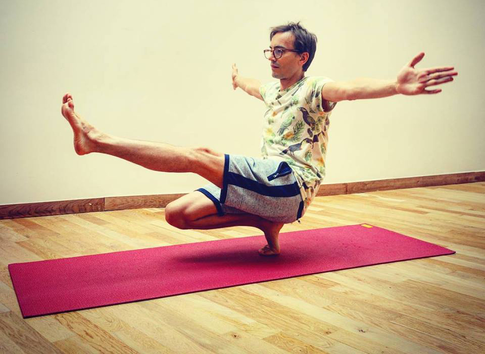 le professeur de yoga hatha yoga paris. Black Bedroom Furniture Sets. Home Design Ideas